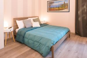 A bed or beds in a room at Garibaldi Suite ground floor with garden