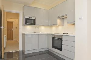 A kitchen or kitchenette at Glenlyn Apartments