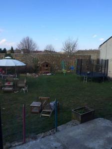 Vonkajšia záhrada v ubytovaní Le gite de l'ecole