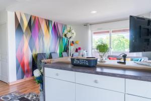 A kitchen or kitchenette at Welkeys Apartment - Bruges