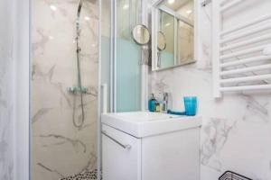 A bathroom at CMG Canal Saint-Martin