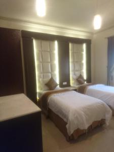 A bed or beds in a room at Wahet Masknuna Residential Units