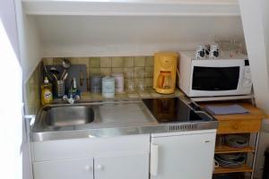 A kitchen or kitchenette at La Company Des Concierges : Le Galion