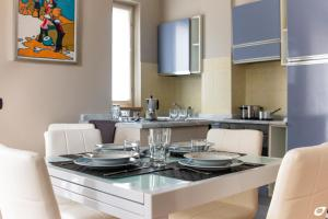 A kitchen or kitchenette at Appartamento Versilia