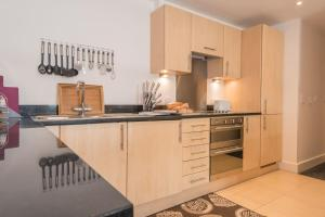 A kitchen or kitchenette at The Contemporary Apartment