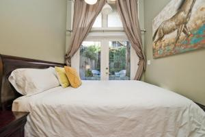 A bed or beds in a room at Affordable Apartment - Near Downtown and Marina