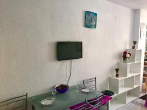 Una televisión o centro de entretenimiento en Sol y Mar