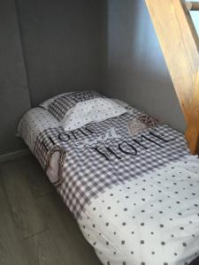 A bed or beds in a room at Appartement cosy et agreable