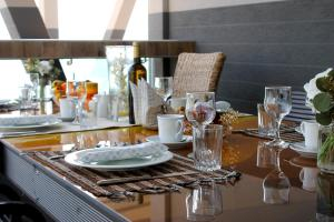 A restaurant or other place to eat at Aless Luxury Apartment