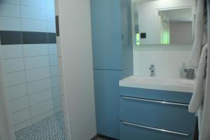A bathroom at Sur la route de champ colin