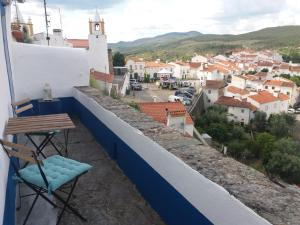 A balcony or terrace at casa do castelo
