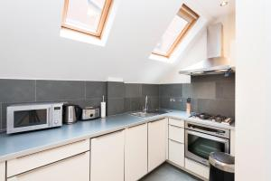 A kitchen or kitchenette at Excel Apartments St.Paul's