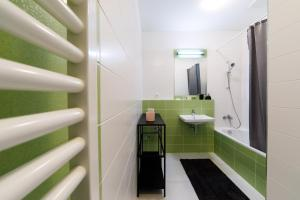 A bathroom at APLEND CITY Apartments Galéria