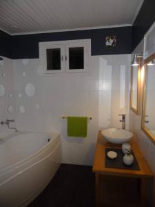 Salle de bains dans l'établissement Moulin de la Peyriere