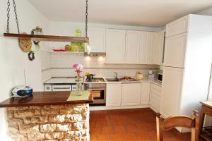 A kitchen or kitchenette at Casa Roseti