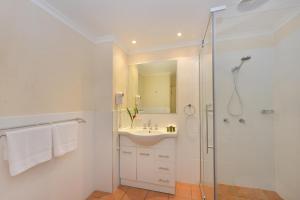 A bathroom at Seascape Holidays - Tropic Sands