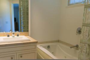 A bathroom at Villas at Kamali'i #46