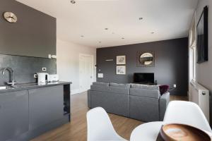 Virtuvė arba virtuvėlė apgyvendinimo įstaigoje The Riverside Retreat - Modern & Stylish 1BDR in the Old City