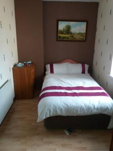 A bed or beds in a room at Hill view Cottage