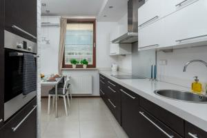 A kitchen or kitchenette at Chill Apartments Warsaw Center