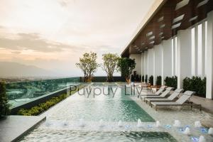 The swimming pool at or near Cozy Apartment by PuypuyLily