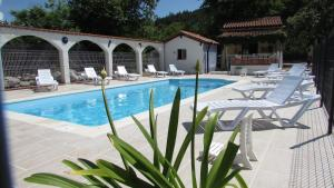 The swimming pool at or near Le Verger des Ascarines