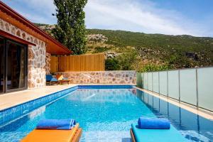 The swimming pool at or near Villa Otantik
