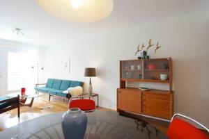 A seating area at Mile-End Bohemian 1-Bedroom Apartment