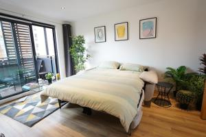 A bed or beds in a room at Perfectly located stunning apartment