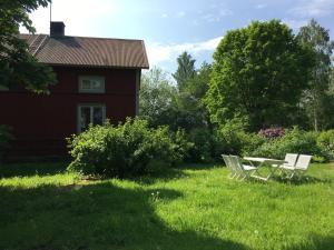 En trädgård utanför Mässvik, Björke