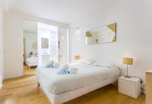 A bed or beds in a room at CMG Etienne Marcel/ Montorgueil