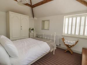 A bed or beds in a room at Rose Bank Cottage, Ellesmere