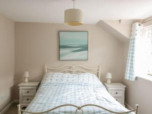 A bed or beds in a room at 4 Wye Rapids Cottages, Ross-on-Wye