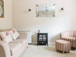 A seating area at 4 Wye Rapids Cottages, Ross-on-Wye
