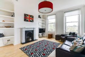 A seating area at Beautiful 2BR Home in Wimbledon Village w/Parking