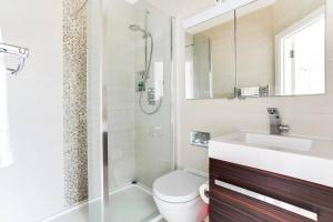 A bathroom at Beautiful 2BR Home in Wimbledon Village w/Parking