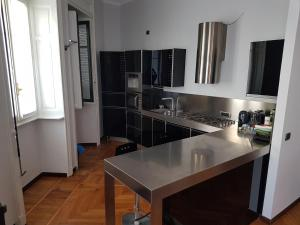 A kitchen or kitchenette at Large Flat City Centre