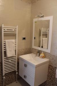A bathroom at Emma Apartments