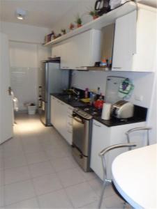 A kitchen or kitchenette at Puerto madero Departamento entero 2 dormitorios. Hermoso