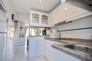 A kitchen or kitchenette at Apartamento en primera linea en Denia