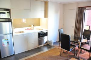 A kitchen or kitchenette at St James Apartments