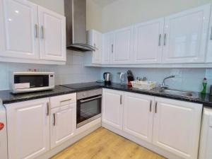 A kitchen or kitchenette at Lilac at Hammersmith