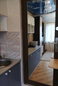 Кухня или мини-кухня в Kvartira-studiia