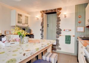 A kitchen or kitchenette at Jentrea Cottage