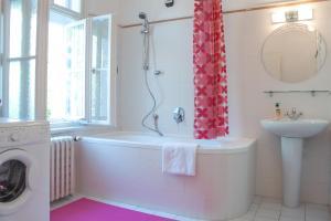 Kamar mandi di Flamingo Apartments