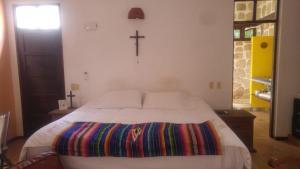 A bed or beds in a room at La casa de piedra y colores en Chichén Itzá