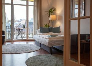 A bed or beds in a room at Sunny top floor balcony apartment near downtown
