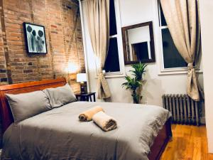 A bed or beds in a room at Hip Brooklyn 2BR/2BA Apartment w/ Private Backyard