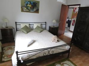 A bed or beds in a room at Eira do Povo