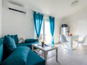 A seating area at Apartment Darija